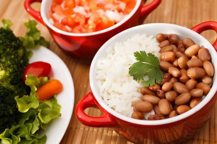 O arroz com feijão é uma comida típica do brasileiro