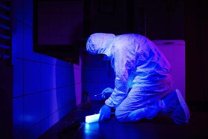 A luz negra pode ser usada por peritos criminais em busca de traços de DNA