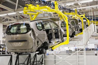 Na linha de produção toyotista, a quantidade de funcionários é reduzida