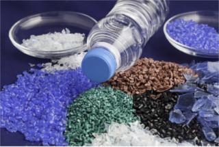 Os plásticos, como a garrafa PET, são exemplos de polímeros sintéticos muito usados em nosso cotidiano