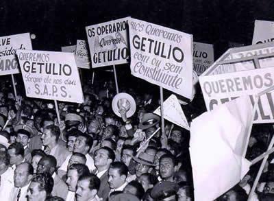 Integrantes do queremismo defendendo a permanência de Getúlio Vargas no poder.