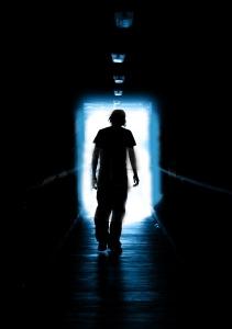 A pessoa quando muito triste ou depressiva não consegue enxergar uma luz no fim do túnel.
