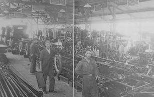 Linha de montagem da Ford no Brasil, em 1920, cada trabalhador em seu lugar para executar sua tarefa.