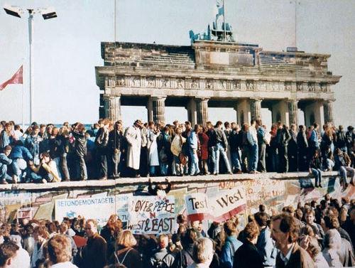 Manifestantes sobem no muro de Berlim e pedem a queda do símbolo da divisão da Alemanha em 1989 *