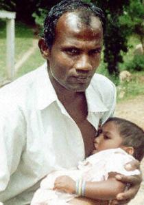 """Este senhor do Sri Lanka é capaz de amamentar. Segundo os médicos, """"os homens com hormônio prolactina hiperativo podem produzir leite no peito""""."""