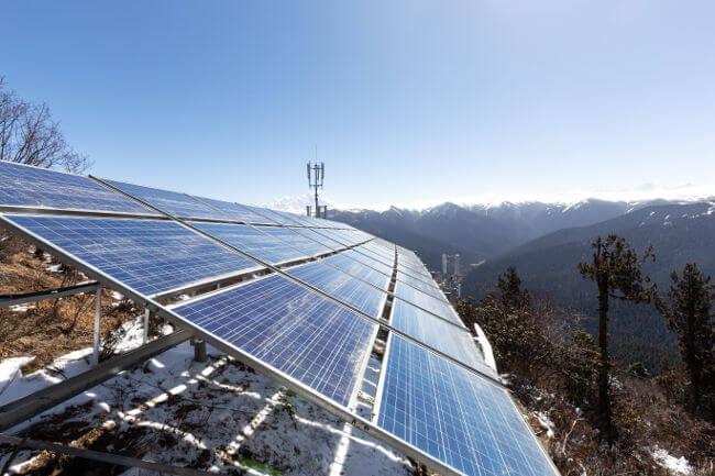 Os painéis solares são usados nas usinas fotovoltaicas para produzir energia elétrica.