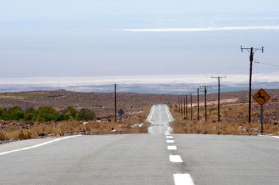 A impressão que temos de ver o asfalto molhado em dias quentes é um exemplo de miragem, uma das consequências da reflexão total da luz