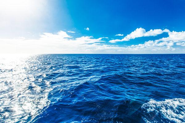 O azulado da água surge pela absorção da luz visível. A água consegue absorver comprimentos de onda próximos do vermelho e do laranja.
