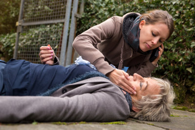 Em caso de desmaio, é importante não jogar água na vítima nem sacudi-la