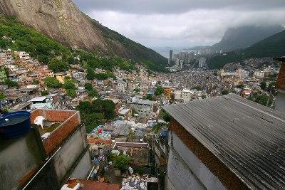 Vista da favela da Rocinha, a maior do Brasil segundo o IBGE