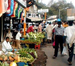 Apesar do crescimento da economia indiana, grande parte da população não tem emprego e é obrigada a atuar no mercado informal.