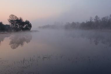 Formação de neblina na área de um curso d'água