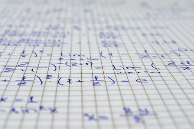 A fração algébrica possui uma incógnita no denominador