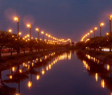 Os circuitos elétricos da iluminação pública devem ser todos em paralelo, pois, se uma lâmpada queimar, as outras continuarão funcionando