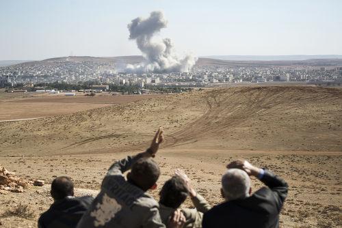 Ataque americano ao Estado Islâmico na cidade de Kobani, em outubro de 2014 *