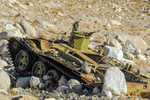 Destroços de um tanque soviético destruído durante a Guerra do Afeganistão