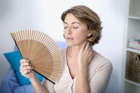 A menopausa ocorre normalmente entre os 48 e 50 anos