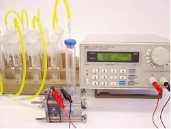 Na imagem, a eletrólise para produção de hidrogênio é feita em série com o uso de um só gerador