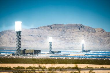 Nas usinas solares, espelhos esféricos concentram a luz do Sol em torres onde há água, que, após ser vaporizada, gira turbinas e gera energia elétrica