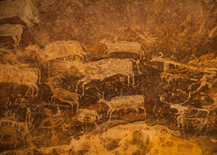 Pintura rupestre localizada na Rocha de Bhimbetka, Índia.