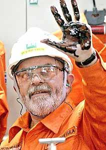 O Presidente Lula comprovando a nova reserva de petróleo