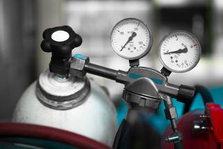 Qual será a constante de equilíbrio em termos de pressão dos gases dentro do cilindro?