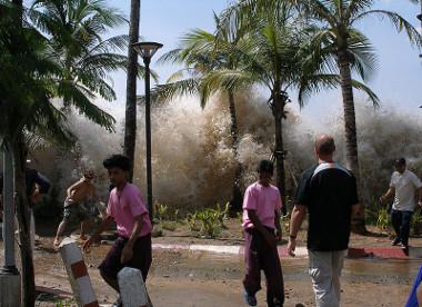 Imagem da ação do tsunami na Tailândia, em 2004, ocasionado pelo Círculo do Fogo do Pacífico