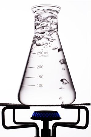 A temperatura de ebulição da água depende da pressão atmosférica exercida sobre a superfície do líquido