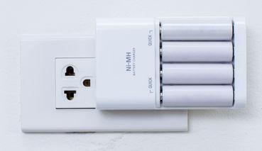 Bateria de Níquel-Cádmio recebendo descarga de energia na tomada para ser recarregada