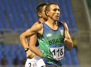 A respiração anaeróbia dos atletas maratonistas e a exaustão muscular (fermentação lática).