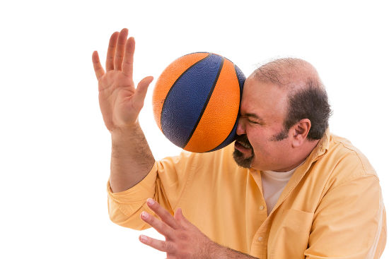No choque de uma bola com um rosto, por exemplo, a interação entre os corpos provoca forças de ação e reação