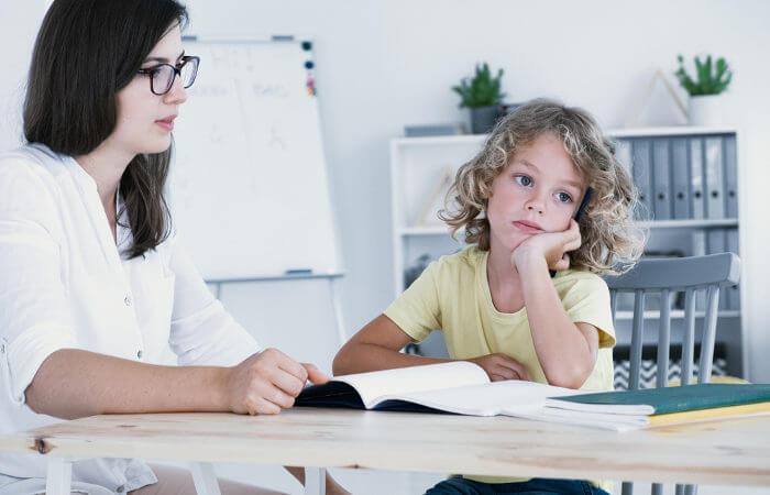 A desatenção, juntamente com outros sintomas, podem indicar TDAH e merece atenção.