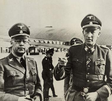 Acima, os oficiais nazistas Himmler e Heydrich, operadores do extermínio de judeus *