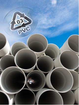 O símbolo de reciclagem dos materiais feitos de PVC, como os tubos de encanamento, é o número 3 no centro de um triângulo feito por setas