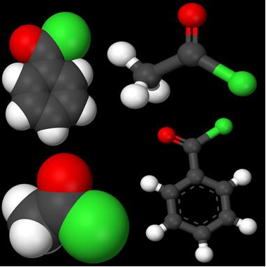 Estruturas químicas dos cloretos de ácidos carboxílicos: cloreto de etanoíla e cloreto de benzoíla.