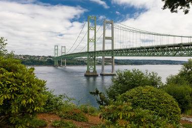 Nova ponte Tacoma Narrows, Washington – EUA. As colunas da direita, feitas de concreto, são da ponte que caiu em 1940