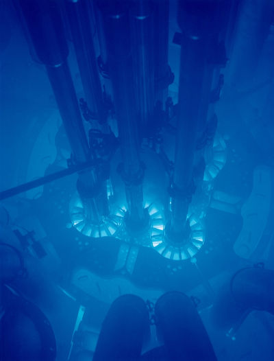 Brilho azul da radiação Cherenkov em reator nuclear ativo imerso em água