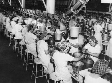Os trabalhadores de uma linha de produção são indiferentes ao produto que produzem