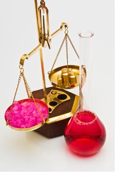 O aumento ou a diminuição da concentração dos reagentes e/ou dos produtos desloca o equilíbrio químico