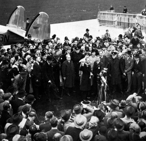 Nessa foto de 1938, Neville Chamberlain apresenta o resultado das negociações da Conferência de Munique