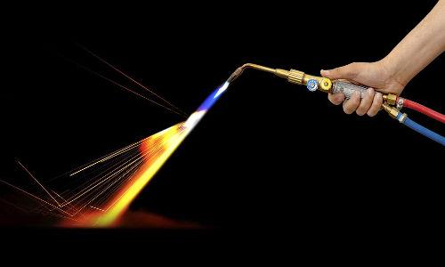 O acetileno, gás utilizado no maçarico, pode ser obtido por meio de reações com carbetos