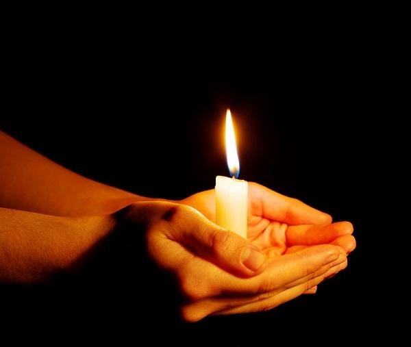 """A expressão popular """"segurar vela"""" teve sua origem a partir de um costume peculiar praticado na França medieval."""