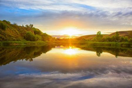 No ponto mais brilhante, a luz está sofrendo polarização por reflexão após ter incidido sobre o ângulo de Brewster
