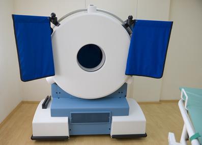 Equipamento médico usado para realizar o exame de tomografia por emissão de pósitrons