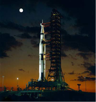 A nave americana Apollo é movida à pilha de combustível e em 7 dias consome 680 kg de hidrogênio, produzindo 720 L de água
