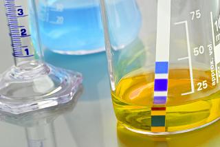 Medição de pH de solução em laboratório com o uso de uma tira de indicador universal