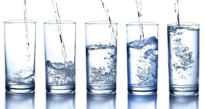 A quantidade de água que deve ser ingerida diariamente varia de pessoa para pessoa