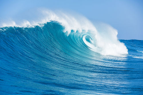 Mesmo formadas em diversas direções, as ondas do mar, por causa da refração, sempre se quebram paralelas na praia