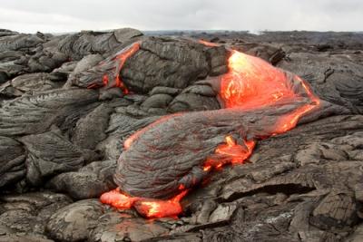Lava vulcânica solidificando-se e dando origem a rochas ígneas ou magmáticas