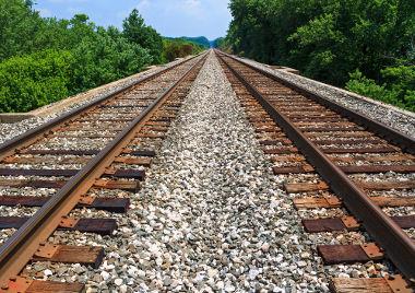 Segmentos de reta paralelos nos trilhos de um trem